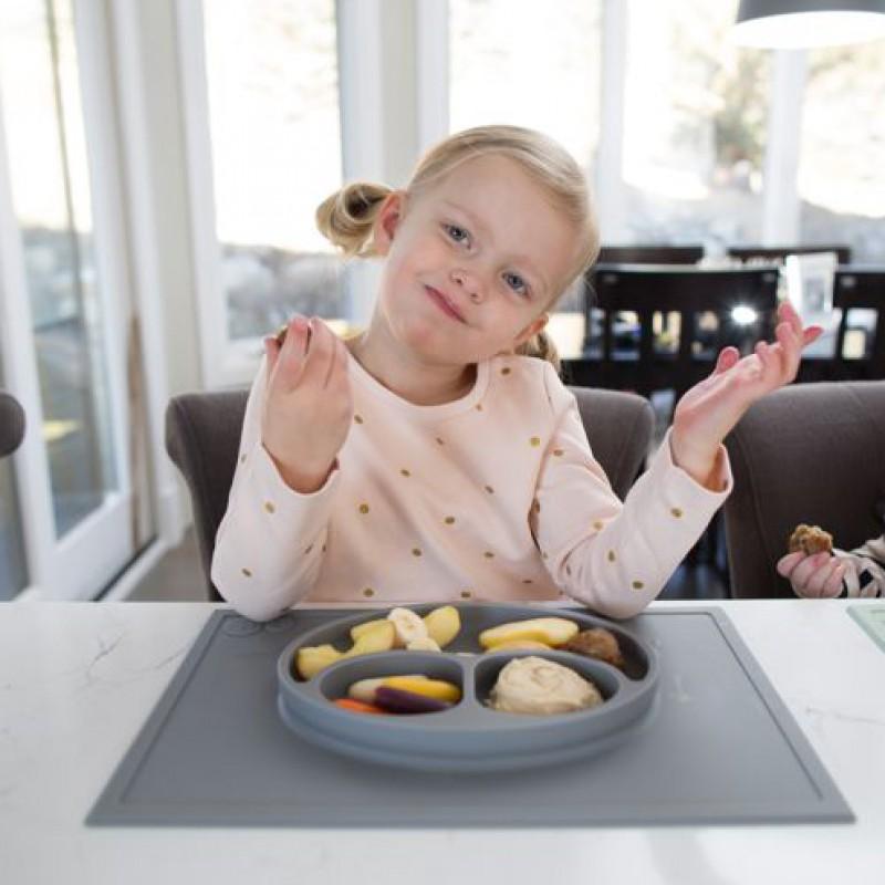 Handig eten en spelen met de leuke placemats en bordjes in één van EZPZ