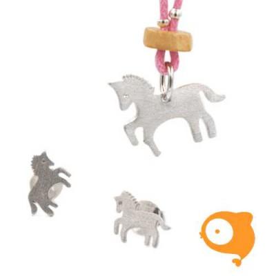 By Nebuline - Set van oorbellen en roze ketting met paard verzilverd